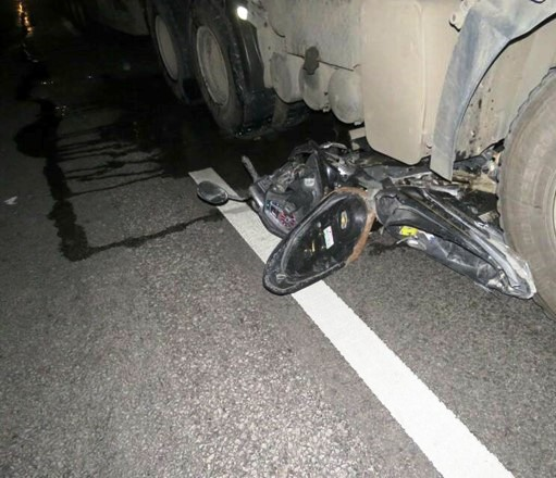 Xe máy kẹp 3 chui vào gầm ô tô, 3 người tử vong