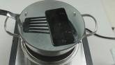 """Video: """"Tối mắt"""" nhìn iPhone 7 bị luộc trong nước sôi"""