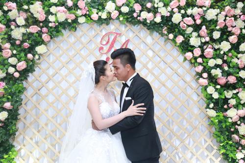 """Tan chảy với 15 khoảnh khắc trong lễ cưới cựu tiền đạo Thắng """"Bế"""""""