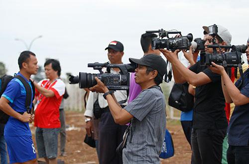 ĐTVN: Hữu Thắng làm 100 phóng viên ở Indonesia bất…
