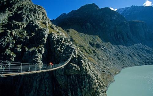 """15 cây cầu """"điên rồ"""" và đáng sợ nhất thế giới (P.1) - 12"""