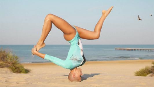 Mẹ 3 con khoe thế Yoga như cao thủ Thiếu Lâm