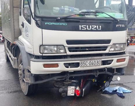 2 nam sinh bị xe tải kéo lê trên đường - ảnh 1