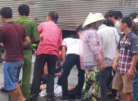 2 nam sinh bị xe tải kéo lê trên đường - ảnh 2