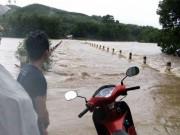 Tin tức trong ngày - Quảng Nam bị lũ chia cắt, 1 người mất tích