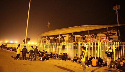 Trực tiếp mua vé Việt Nam - Indonesia: CĐV dựng lều, đắp chăn trắng đêm
