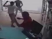An ninh Xã hội - Vờ mua quần áo rồi tấn công nữ chủ tiệm cướp tài sản