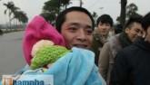 Săn vé ĐT Việt Nam: Chồng bế con thơ, vợ xếp hàng mua vé