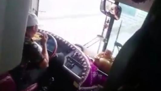 """Clip: Tài xế vừa ăn mì vừa lái xe như… """"làm xiếc"""""""