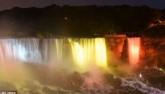 Ngắm thác nước Niagara hùng vĩ đổi màu kỳ ảo