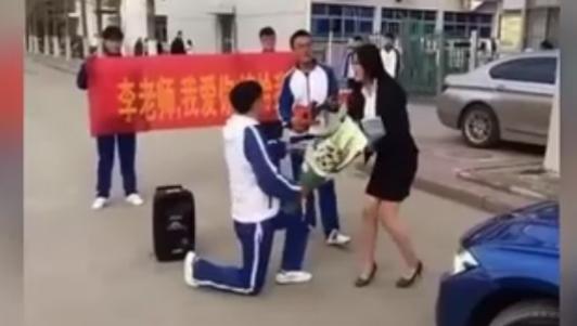 Clip: Cô giáo TQ phản ứng dữ dội khi nam sinh cầu hôn
