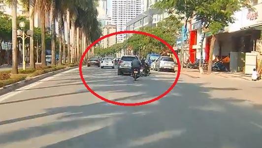 Ô tô lạng lách, tông văng người đi xe máy rồi bỏ chạy