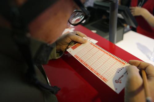 Xổ số điện toán đến Thủ đô, cụ ông U70 cũng chen mua cầu may - 4
