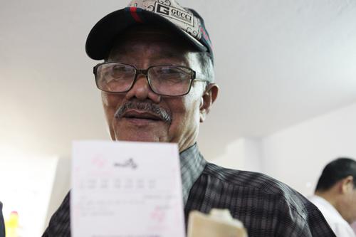 Xổ số điện toán đến Thủ đô, cụ ông U70 cũng chen mua cầu may - 10