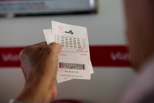 Xổ số điện toán đến Thủ đô, cụ ông U70 cũng chen mua cầu may - 14