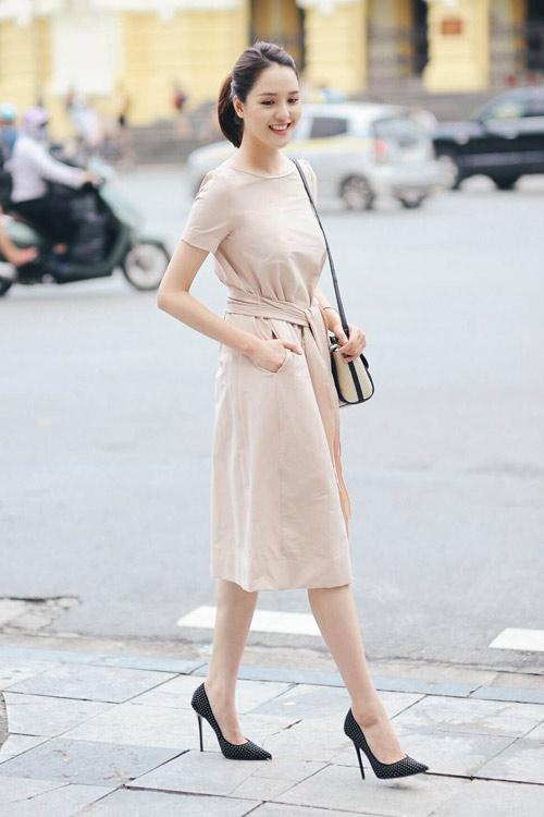 """Khi mỹ nữ Việt """"quên"""" mang giày cao mà chỉ đi dép lào, giày bệt - 2"""