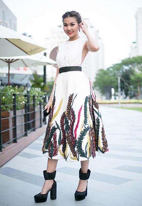 """Khi mỹ nữ Việt """"quên"""" mang giày cao mà chỉ đi dép lào, giày bệt - 4"""