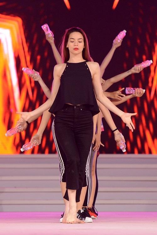 """Khi mỹ nữ Việt """"quên"""" mang giày cao mà chỉ đi dép lào, giày bệt - 7"""