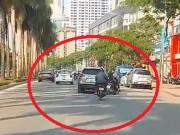 Tin tức trong ngày - Clip: Ô tô lạng lách, tông văng người đi xe máy rồi bỏ chạy