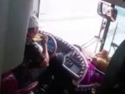 Tin tức trong ngày - Vụ tài xế vừa ăn mì vừa lái xe: Không thể xử phạt?