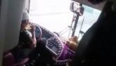 Vụ tài xế vừa ăn mì vừa lái xe: Không thể xử phạt?