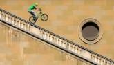 Sai 1 li là mất mạng: Đi xe đạp trên song sắt cao 200m
