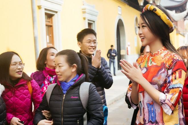 HH Mỹ Linh đẹp nao lòng giữa trời Thượng Hải - 10