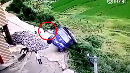 """Xe tải lao vực và cú """"thoát hiểm"""" không tưởng của tài xế"""