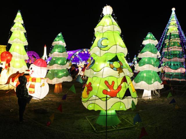 Ảnh: Chiêm ngưỡng đèn lồng cao 30m ở Hà Nội