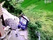 Phi thường - kỳ quặc - Xe tải lao vực và cú thoát hiểm không tưởng của tài xế