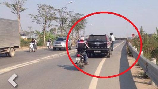 Thanh niên đu trên Range Rover khiến người đi đường kinh hãi