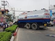 Tin tức trong ngày - Xe chở xăng nổ lốp, hàng chục người vứt xe tháo chạy
