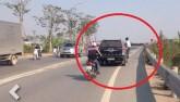 Thanh niên đu xe Range Rover khiến người đi đường kinh hãi
