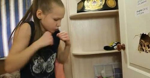 Nữ thần boxing 9 tuổi đấm thủng cánh cửa