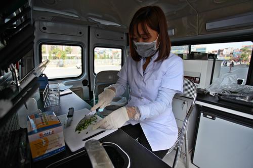 Khám phá xe kiểm nghiệm thực phẩm nhanh đầu tiên ở HN - 5