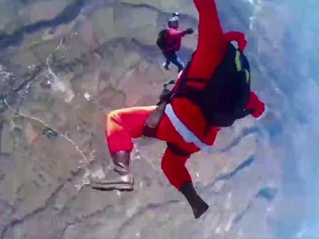 Ông già Noel nhảy dù thăm trẻ em vùng động đất ở Ý