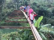 Thót tim cảnh học sinh đến trường qua cầu treo rộng bằng gang tay