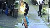 TQ: Người đàn ông dũng cảm kéo bình ga cháy ngùn ngụt