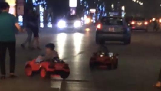 """Hai em bé lái xe """"mui trần"""" lạng lách ở Hà Nội"""