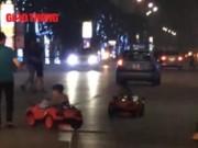 """Tin tức trong ngày - Hai em bé lái xe """"mui trần"""" lạng lách ở Hà Nội"""