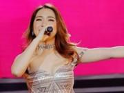 Ca nhạc - MTV - Hòa Minzy mặc sexy lộ hình xăm tên Công Phượng bị xoá nhoè ở ngực trái