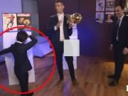 Bóng đá - Ronaldo mặt lạnh nhận QBV, con trai ăn mừng gây sốt