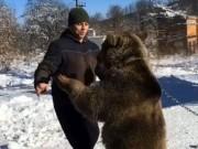 Phi thường - kỳ quặc - Cưỡi và chơi đùa với gấu khổng lồ như anh em trong nhà