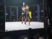 """Thể thao - MMA: Ăn đòn hoa mắt, """"tăng động"""" đấm cả trọng tài"""