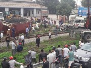 Tin tức trong ngày - Dừng trên đường ray, xe container bị đâm gãy đôi