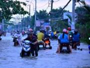 """Tin tức trong ngày - Người Sài Gòn """"bơi"""" về nhà dù trời không mưa"""