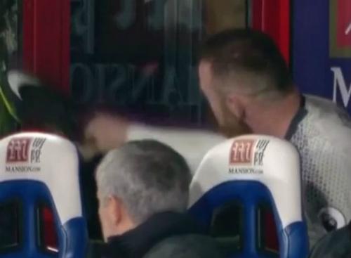 MU: Bị thay ra, Rooney đập vỡ kính trước mặt Mourinho - 1