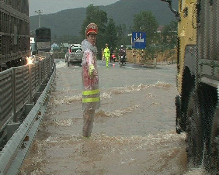 Quốc lộ ngập sâu, CSGT dầm mình giúp dân vượt lũ - 4