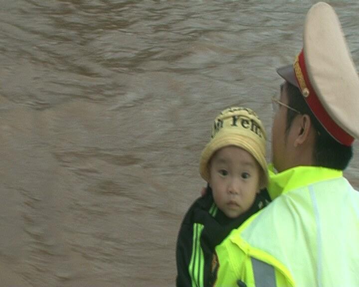 Quốc lộ ngập sâu, CSGT dầm mình giúp dân vượt lũ - 3