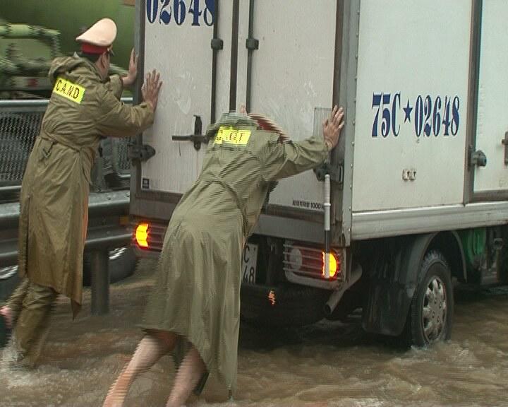 Quốc lộ ngập sâu, CSGT dầm mình giúp dân vượt lũ - 1